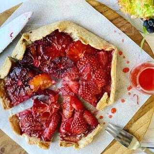 真っ赤なフルーツの手びねりパイの写真・画像素材[1876908]