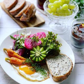 カラフル野菜の朝ごはんの写真・画像素材[2232424]