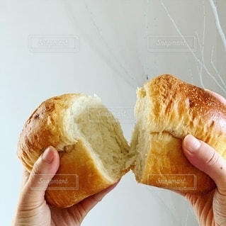 パンを分けるの写真・画像素材[2611065]