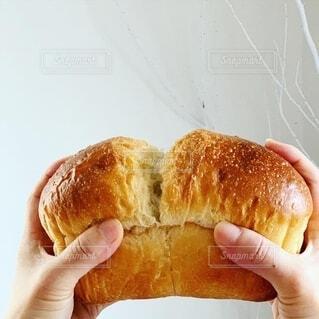 パンを分けるの写真・画像素材[2611066]