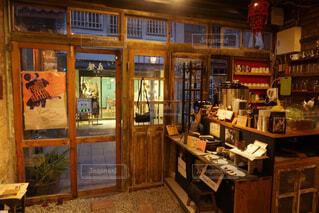 店の窓の棚 - No.924267