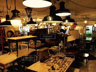 家具やテーブルのランプで満たされた部屋 - No.925831