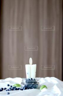 テーブルの上に座っているケーキの写真・画像素材[1690028]