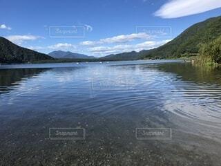 背景の山と湖の写真・画像素材[1690901]