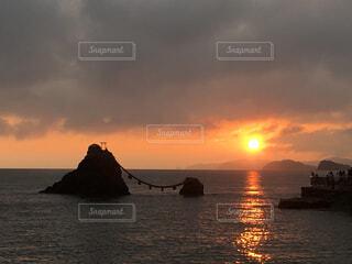 夫婦岩と日の出の写真・画像素材[1690776]