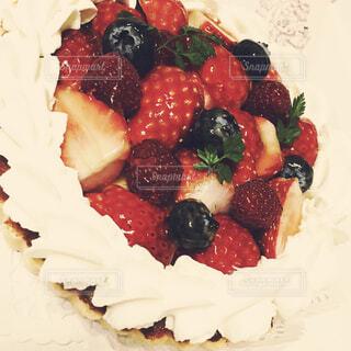 フルーツをのせた白いプレートのデザートの写真・画像素材[1690954]