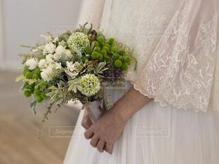 花を持っている手の写真・画像素材[1764013]