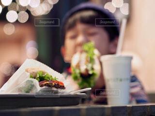 ハンバーガーにがぶりの写真・画像素材[1764029]