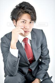 スーツとネクタイを着た男の写真・画像素材[2302243]