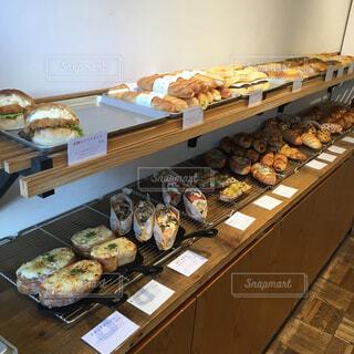 テーブルの上に食べ物の束の写真・画像素材[1693608]