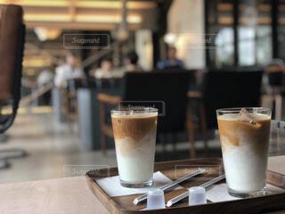テーブルの上のコーヒー カップの写真・画像素材[1694467]