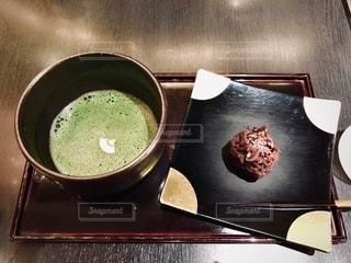 テーブルの上にコーヒーを一杯入れるの写真・画像素材[3559206]