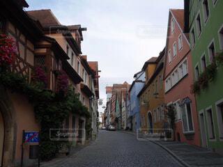 狭い街の建物の側に建物と通り オーストリアの町 カラフルな建物の写真・画像素材[1694082]