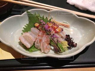 テーブルの上に食べ物のプレート エビの刺身 高級感があるの写真・画像素材[1694101]
