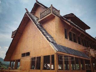 建物の屋根 中国少数民族の古代建築 大きな三角形の屋根の写真・画像素材[1694140]