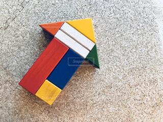 ブロックで作った矢印 ビジネス前進 イノベーションを生み出すの写真・画像素材[1694701]
