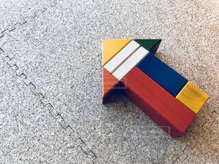 ブロックで作った矢印 ビジネス前進 イノベーションを生み出すの写真・画像素材[1694702]