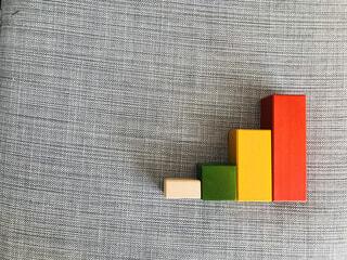 原色のブロックで作った棒グラフの写真・画像素材[1694704]