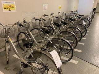 道端に駐車していた自転車の写真・画像素材[2090899]