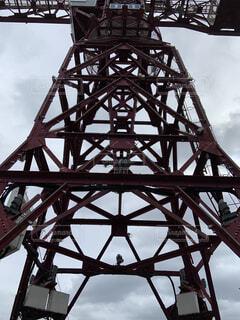 橋の上に時計のある大きな高い塔の写真・画像素材[2289904]