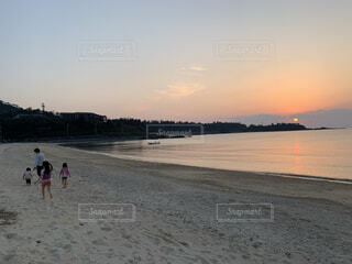 砂浜を歩いている人々のグループの写真・画像素材[3149419]