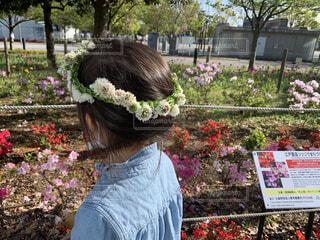 花の庭の前に立っている人の写真・画像素材[3256052]