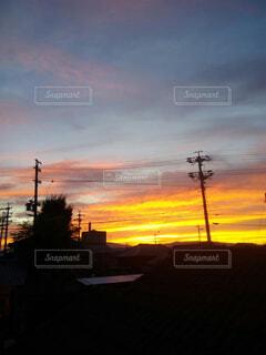 オレンジ色に染められた雲の写真・画像素材[1695253]
