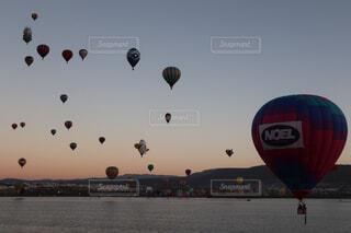 海に浮かぶ気球inバルーンフェスタの写真・画像素材[1696536]