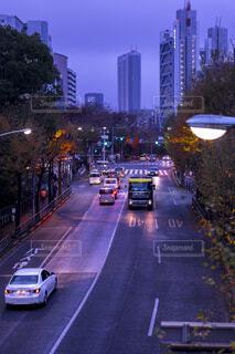 街の通りのビューが大量のトラフィックでいっぱいの写真・画像素材[1696250]