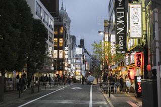 忙しい街の通りを歩いて人々 のグループの写真・画像素材[1696252]