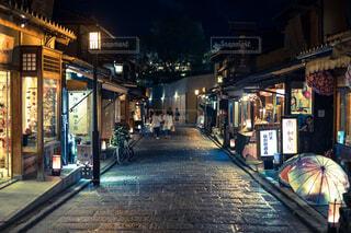 夜の店の前の写真・画像素材[1696265]