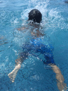 プールで泳ぐの写真・画像素材[1697289]