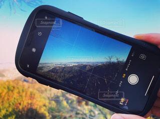携帯越しの景色の写真・画像素材[1699544]