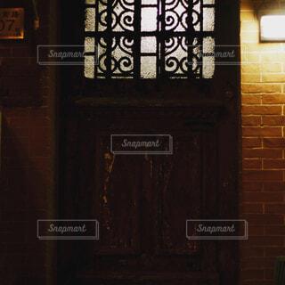 暗いドアの写真・画像素材[1698726]