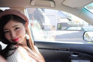 車の座席に座っている女性の写真・画像素材[1699079]