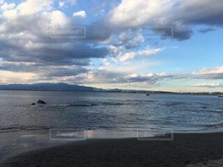 ビーチの砂の上雲のグループの写真・画像素材[1699849]