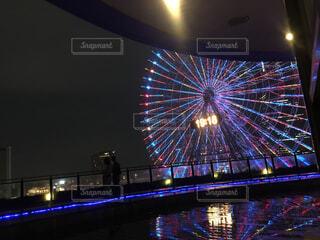 バック グラウンドでコスモ時計 21 空に花火の写真・画像素材[1704431]
