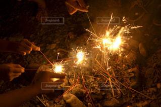 火にしている人の写真・画像素材[1700111]