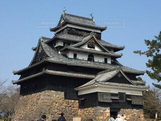 れんが造りのバック グラウンドで広島城の建物の前に時計塔の写真・画像素材[1701518]