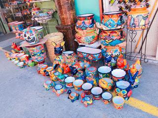 色とりどりの陶器 メキシコの市場の写真・画像素材[1700398]