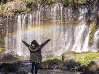 滝の隣に立っている人の写真・画像素材[1702143]