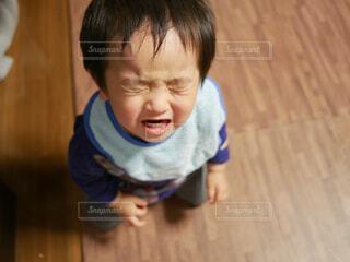 泣いてる男の子の写真・画像素材[1703766]