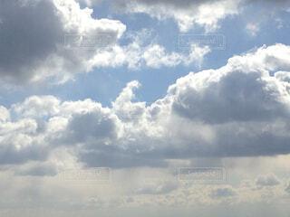 曇りの日に空の雲の写真・画像素材[1704891]