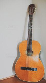 立てかけたギターの写真・画像素材[1745410]