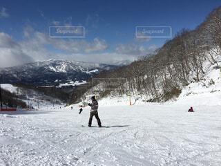 雪に覆われた斜面をスキーに乗っている人のグループの写真・画像素材[1704705]