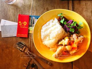 板の上に食べ物のボウルの写真・画像素材[1708122]