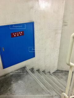 階段の横の消火設備の写真・画像素材[1709739]