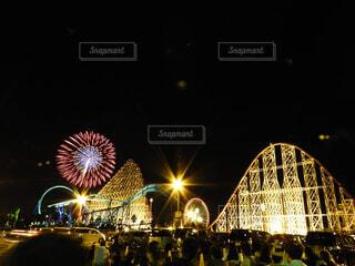 夜にライトアップされた街の写真・画像素材[2338563]