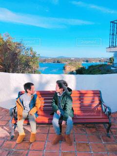 ベンチに座っている子供の写真・画像素材[1705911]