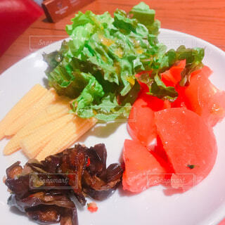 肉と野菜をトッピング白プレートの写真・画像素材[1727423]